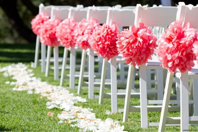 Sillas de boda decoradas con pompones de papel