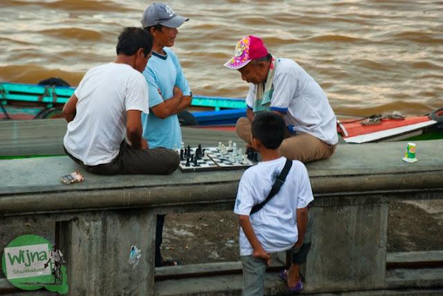 warga main catur di Tepian Sungai Musi Palembang tahun 2015