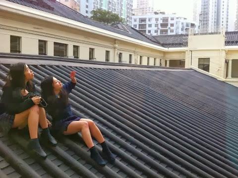 聖士提反女子中學畢業生曾攀上學校建築物屋頂留影(Wong Hoi Ming 攝)