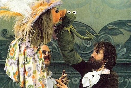"""Jim Henson también estaba """"dentro"""" de la rana Gustavo (Kermit), y Frank Oz manejaba a Miss Piggy"""