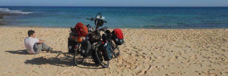 Miri und die Bikes am Strand bei Corralejo, Atlantik-Küste, Fuerteventura