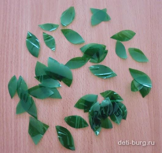 нарежьте 100 - 150 листочков из пластиковых бутылок