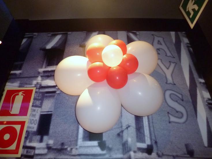 como-hacer-decoracion-flor-globos-09