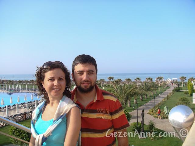Voyage Belek'te merdivenlerde, denize karşı