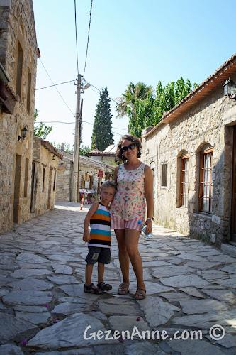 Eski Datça'nın taş sokaklarında dolaşırken