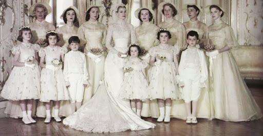 SAS la princesa Gracia de Mónaco con sus damas de honor y sus pajes el día de su boda