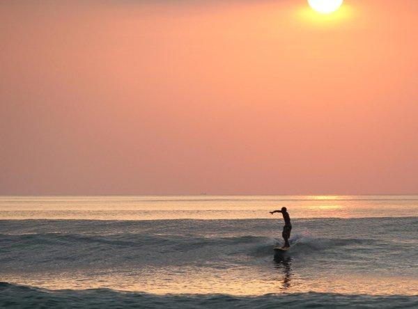 серфинг на закате на пляже Дримлэнд, Бали