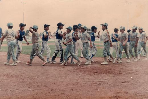 Saludo entre Sabinas y Poza Rica en el campeonato nacional de ligas pequeñas división menor 1986