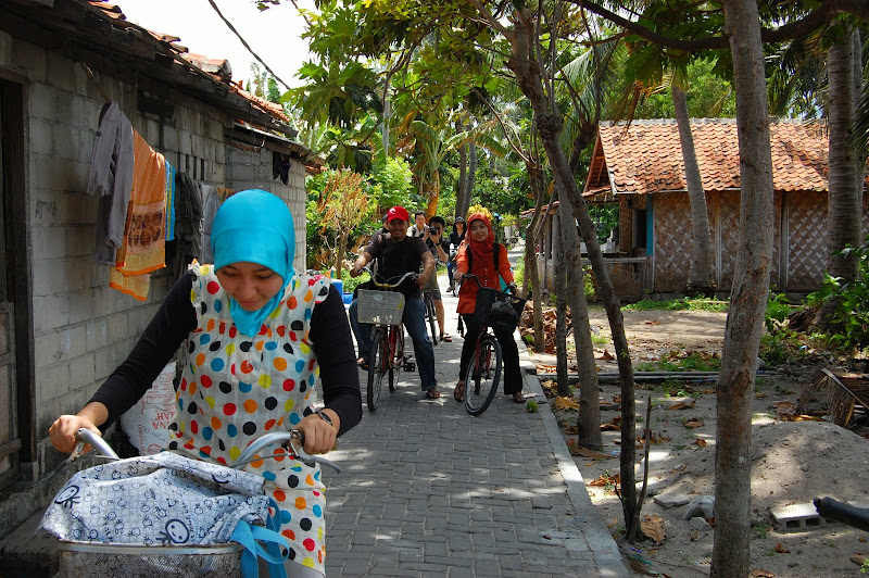 Bersepeda menyusuri pemukiman penduduk Pulau Tidung