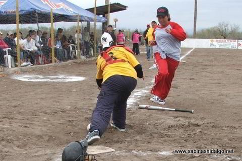 Olga Zurricanday catcher de Chicas Sertoma en el softbol femenil del Club Sertoma