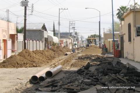 Reemplazan tubería de drenaje en calle Régules