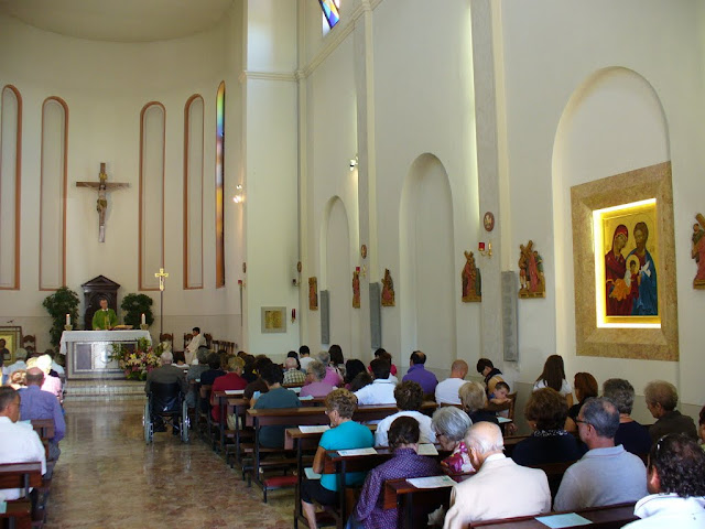 Una celebrazione eucaristica nella chiesa di Fiorentina, dedicata all'Esaltazione della Croce