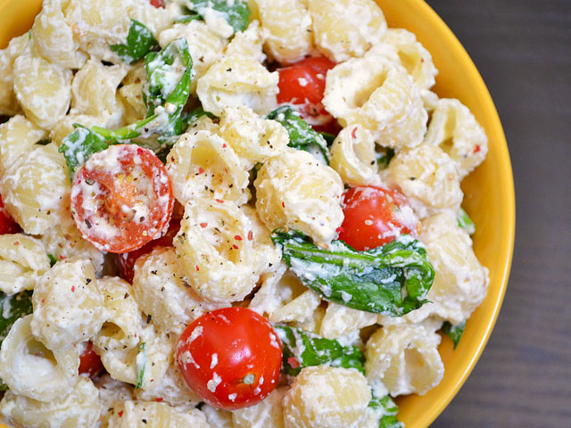 This roasted garlic pasta has a simple ricotta cheese sauce, savory roasted garlic, and fresh spinach and tomato. BudgetBytes.com