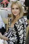 Jessica Alba Tampil Cantik Di Hari Batik