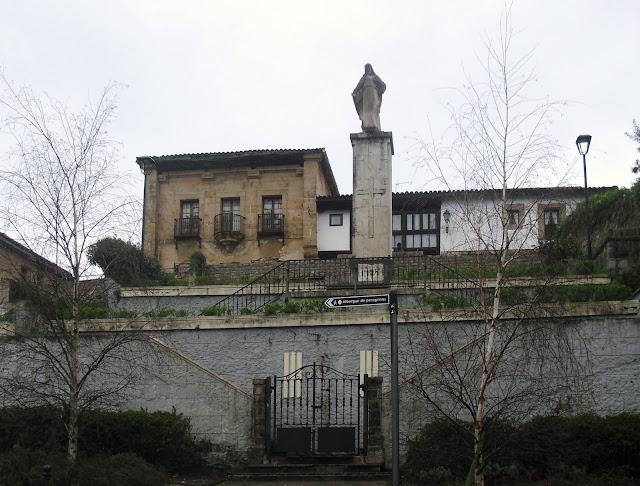 Estatua Corazón de Jesus y antigua Casa Rectoral en Comillas