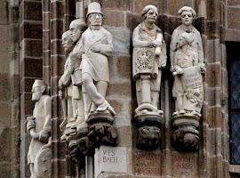 Steinfiguren auf dem Rathausturm