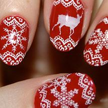 unhas vermelha decoradas com flocos de neve branco para o Natal