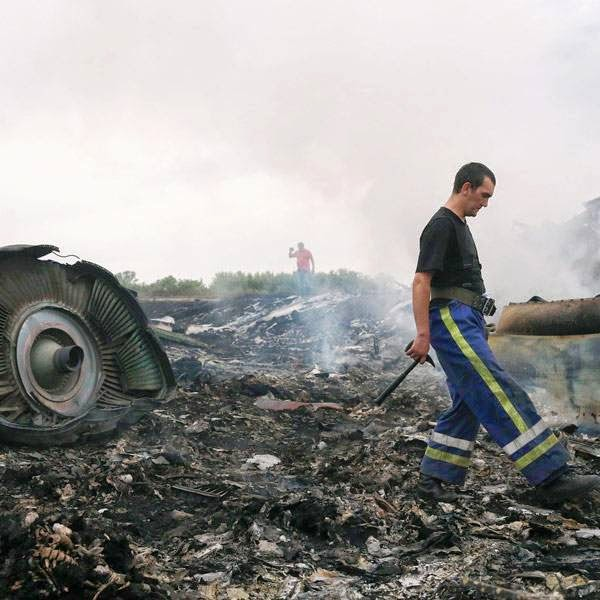 An Emergencies Ministry member (front) walks at the site of a Malaysia Airlines Boeing 777 plane crash near the settlement of Grabovo in the Donetsk region, July 17, 2014.