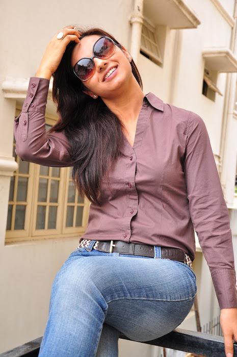 isha chawla new in damn tight jeanst-shirt unseen pics