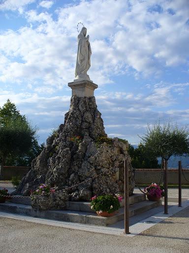 La statua della Vergine sul piazzale del Santuario
