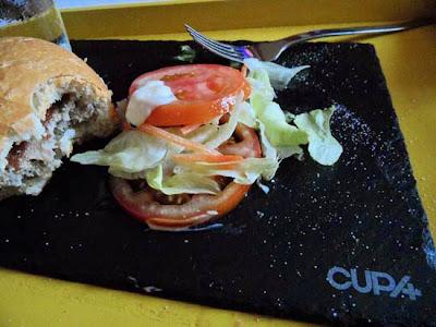 Plato de pizarra con hamburguesa.