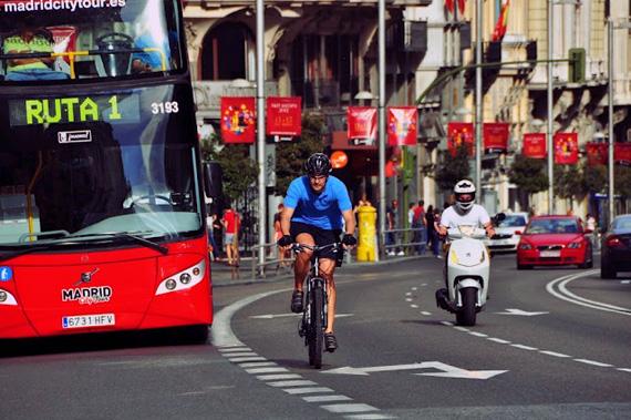 Entre el tráfico... y sin utilizar el carril bus