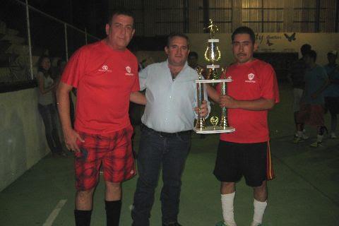 Entrega del trofeo de campeón a Coca Cola en el futbol rápido empresarial del Sapri