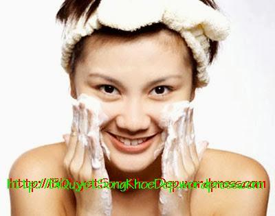 Chăm sóc da khô bằng sữa rửa mặt hoặc tinh dầu dừa nguyên chất