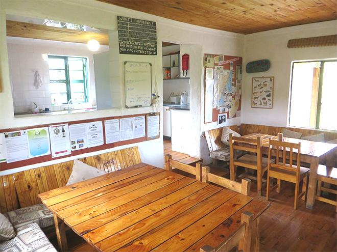 zithoek met uitzicht op de open keuken van Sani Lodge, Drakensberg - Zuid Afrika
