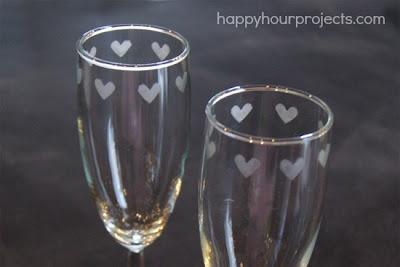 Decorar copas de cristal con pasta para esmerilar.