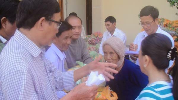 Giáo xứ Hòn Khói thể hiện tấm lòng nhân ái đối với các gia đình nghèo trong dịp tết