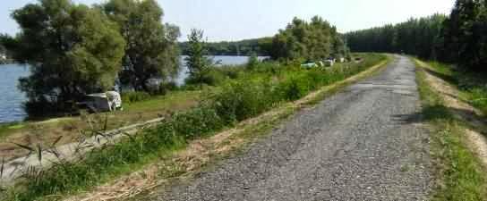 Kleine Straße als Radweg auf einem Deich an der Donau in Ungarn