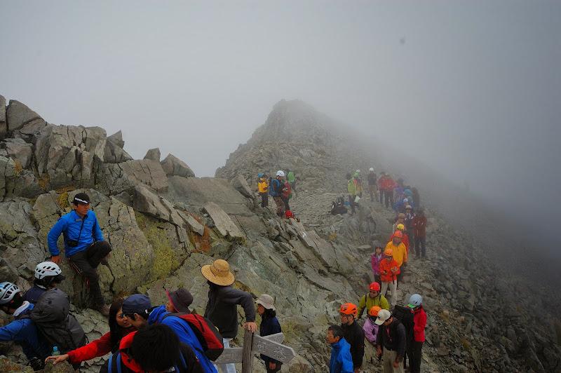 山頂で写真を撮る人の列