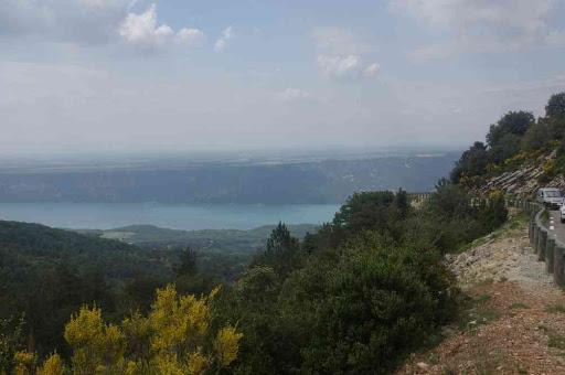 Le lac de Sainte-Croix vu depuis la route sous le col d'Illoire et au-dessus d'Aiguines