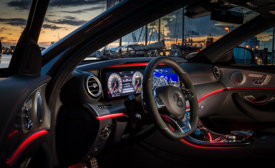 Hệ thống màu sắc tương phản và nổi bật bên trong nội thất của Mercedes AMG E43 2017