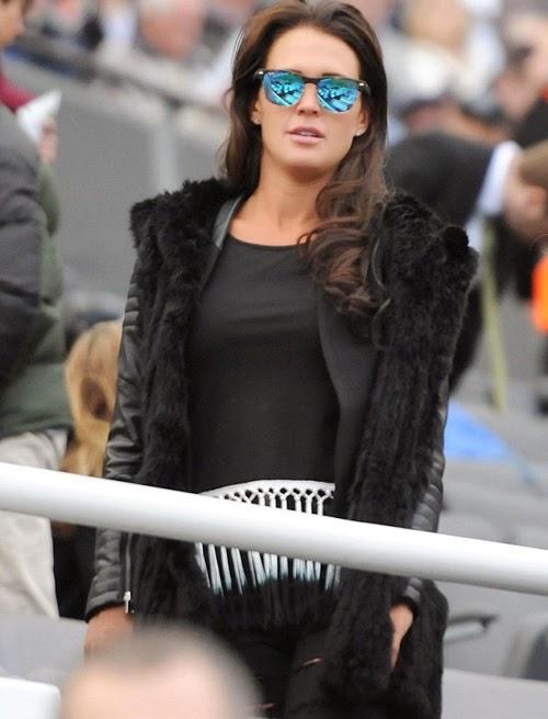 Cựu hoa hậu Anh bay tới Newcastle cổ vũ Liverpool