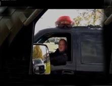 شاب يطارد شرطياً لعدم ارتدائه حزام الأمان