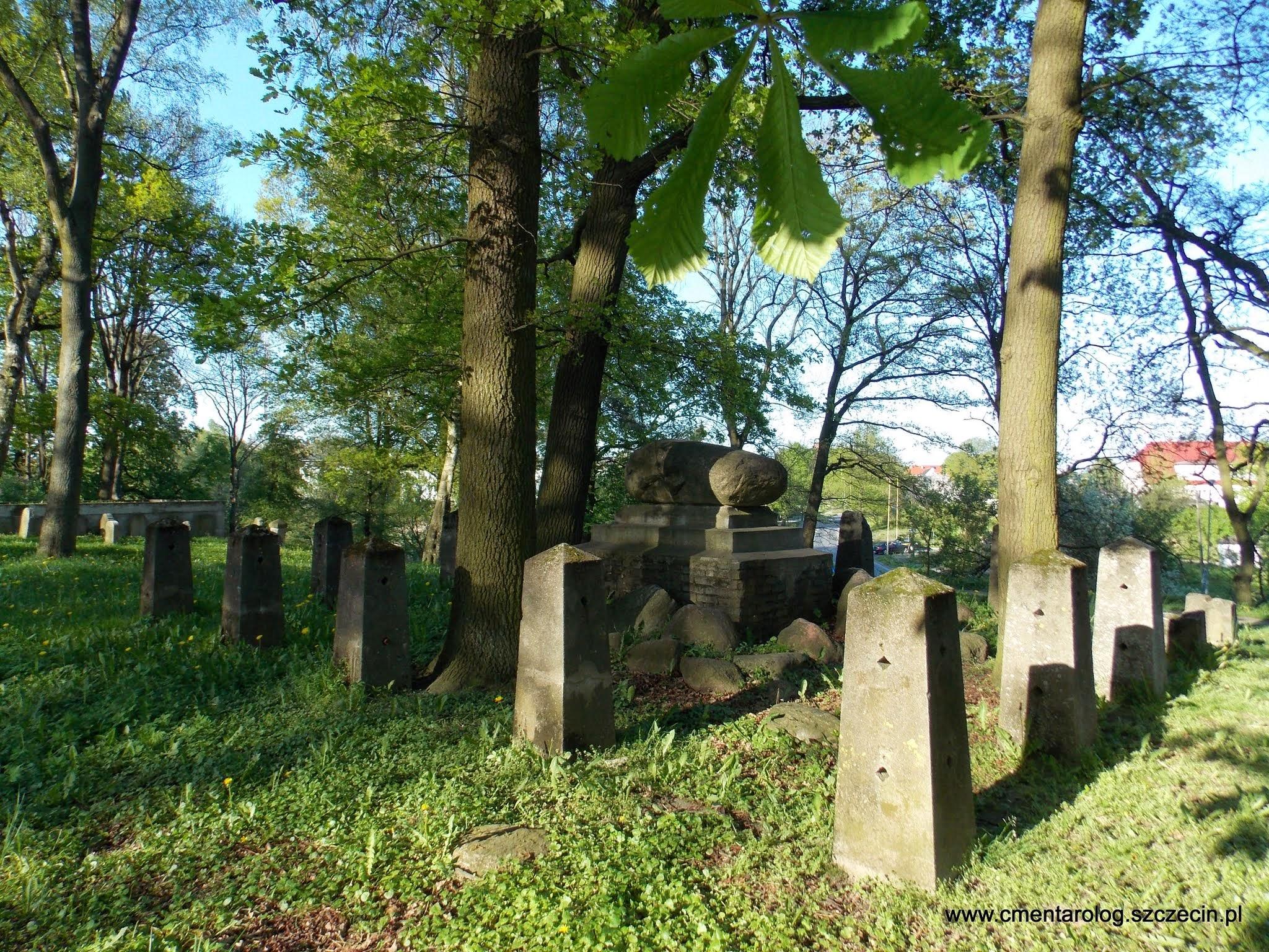 Częściowo zachowany pomnik pierwszowojenny na Warszewie