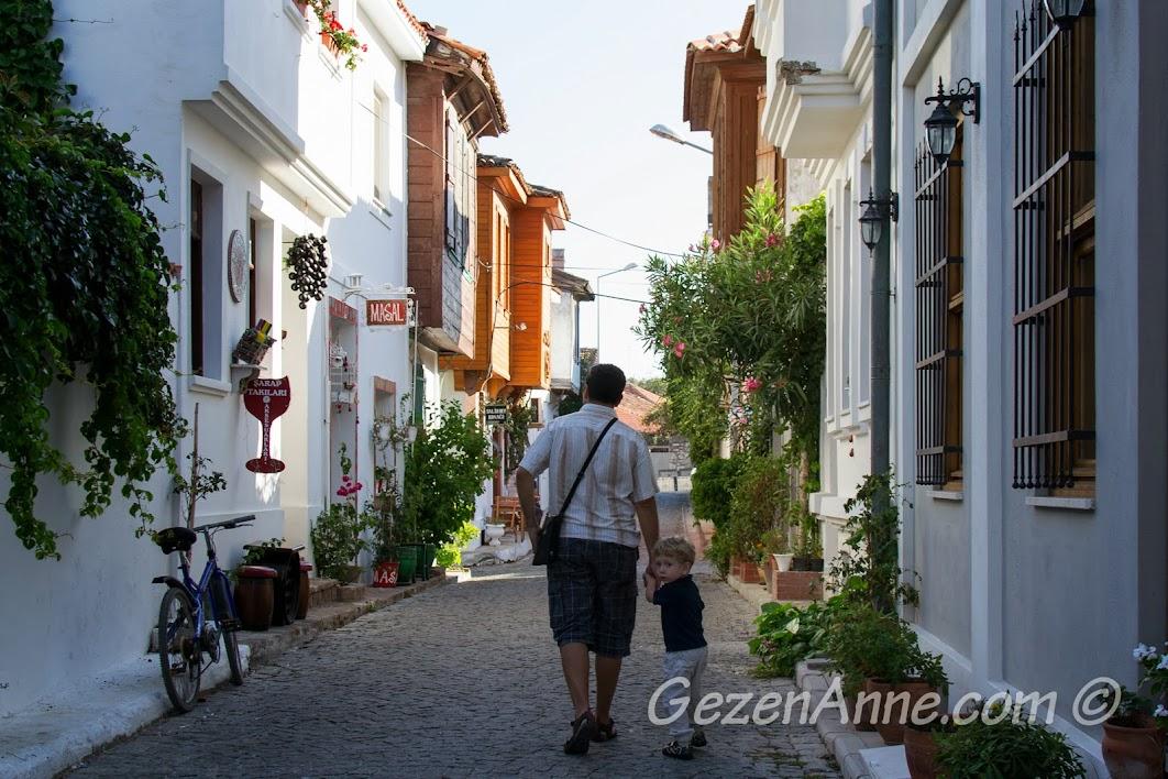 Bozcaada sokaklarında dolaşırken