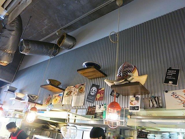 店内に飾られたラーメン丼と県道のお面