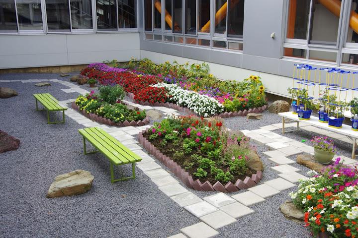 真竜小学校の中庭