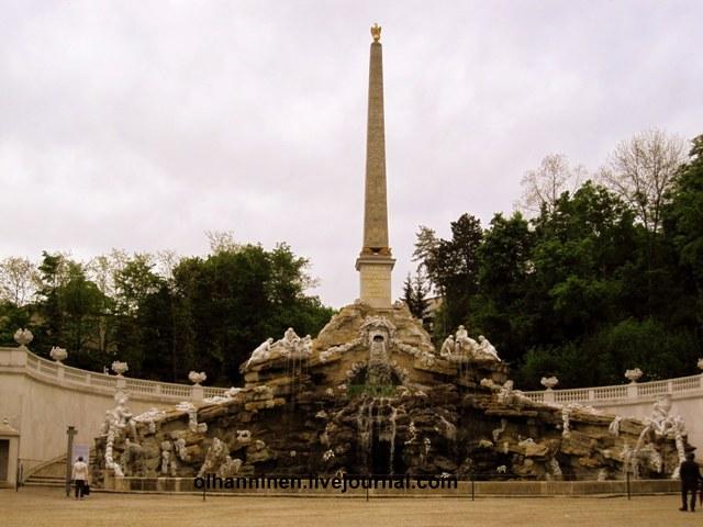 Вблизи фонтан Обелиск