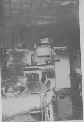 Een zicht op de uitgebrande keuken. De kanarie verstikte, maar de goudvis overleefde. (Foto Terma)