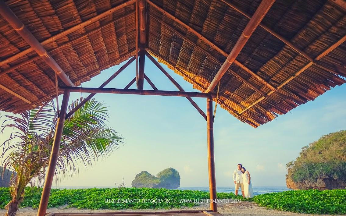 Foto prewedding pantai romantis