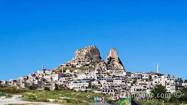 Kapadokya'da Uçhisar şehri ve tepede Uçhisar Kalesi