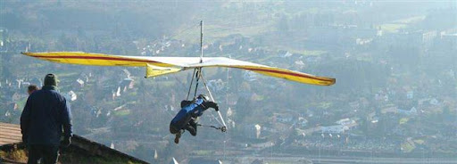 Bruselas Valonia: hombre haciendo ala delta con una vista aérea de la zona