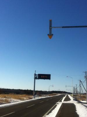 路肩を示す矢印標識
