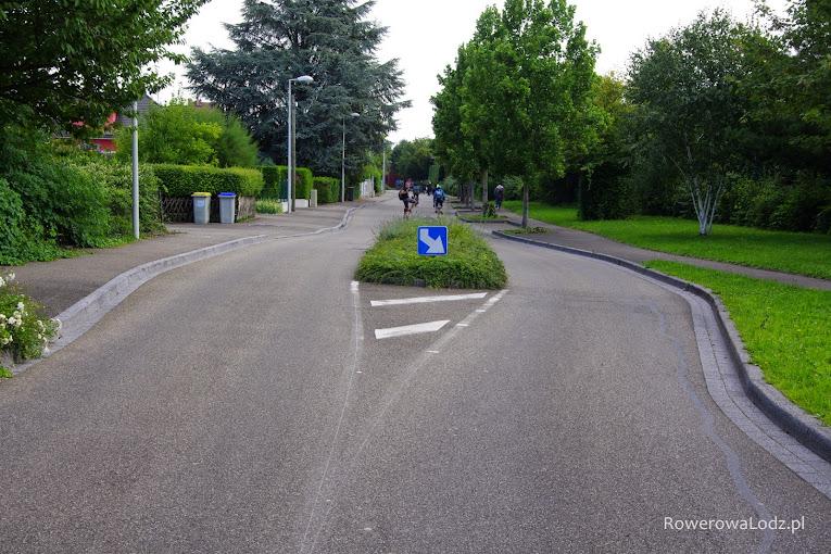 Takie złamanie prostoty ulicy wymusza uwagę na kierowcach, ostrożna jazdę i nieprzekraczanie prędkości.