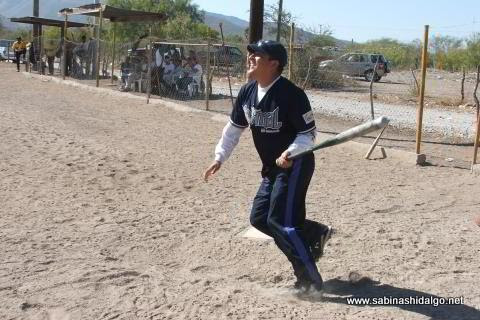 Fernando Carrera bateando por Normal en el softbol del Club Sertoma