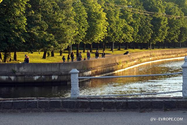 В Калининграде на острове Канта и гуляют, и катаются на роликах\великах, и ловят рыбу
